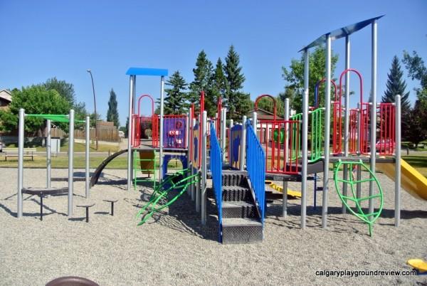 Yellow Slide Playground - Deer Run/Deer Ridge - calgaryplaygroundreview.com